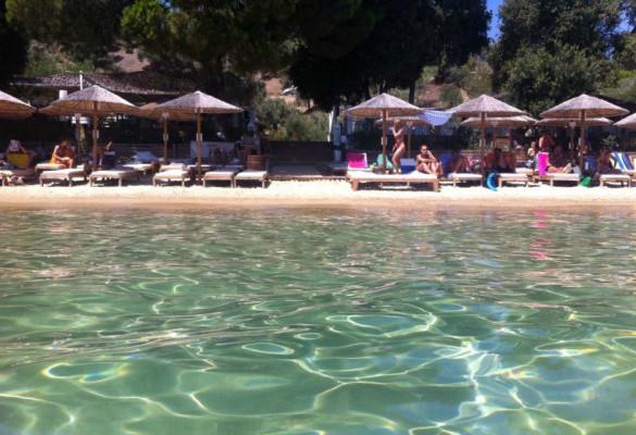 Uživanje na plaži Ampelakia Skiatos Grčka